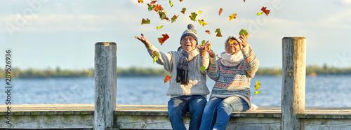 aktive lebensfrohe Senioren im Herbst - 289526936