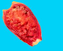 Kaktusfeigenhälfte Rot Auf Hellblauen Hintergrund
