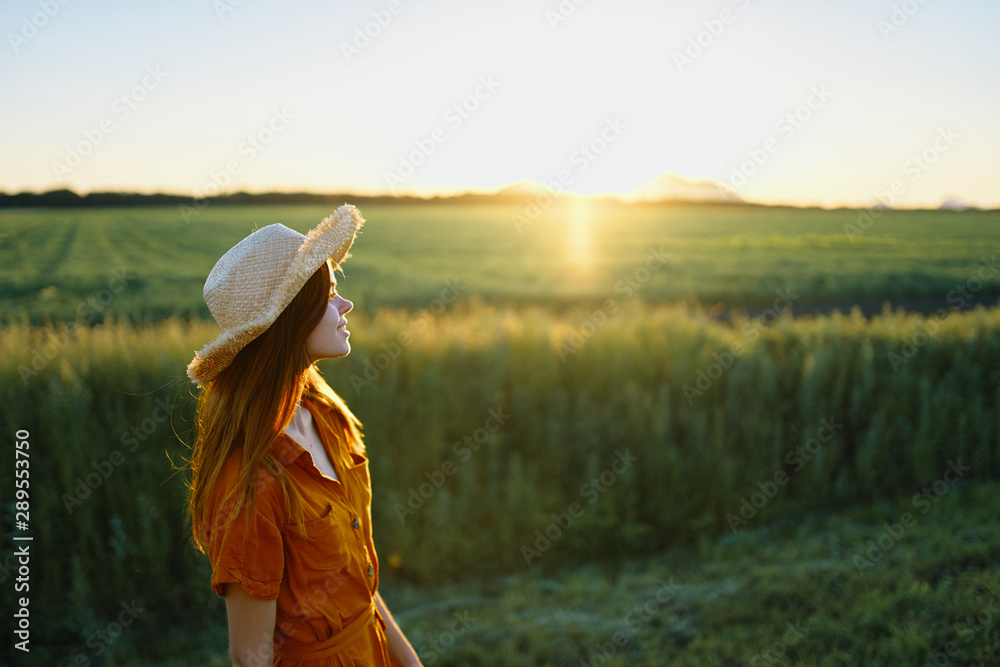 Fototapety, obrazy: woman in the field