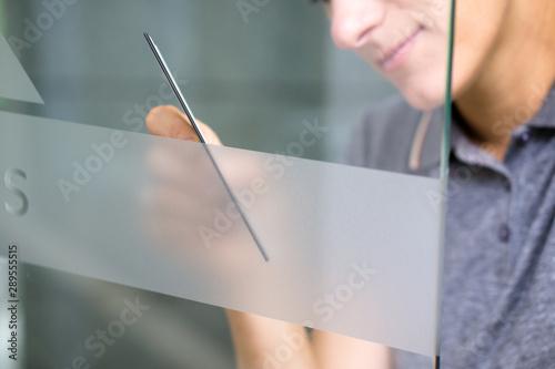 Fotografía  Werbung an Glastüre anbringen / Werbetechnik / Milchglasfolie