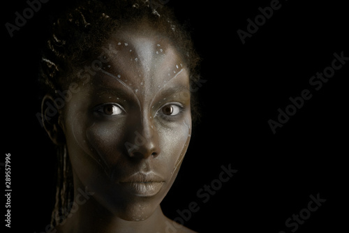 Photo Art photo of Africal woman with tribal ethnic paintings on her face