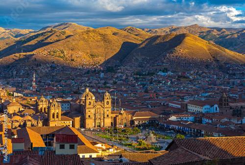 Carta da parati An aerial view of the Plaza de Armas main square of Cusco at sunset, Peru