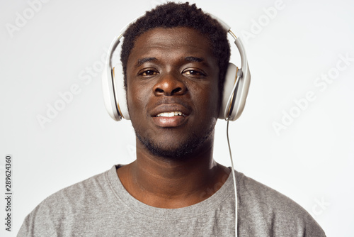 Photo sur Aluminium Magasin de musique young man listening to music with headphones