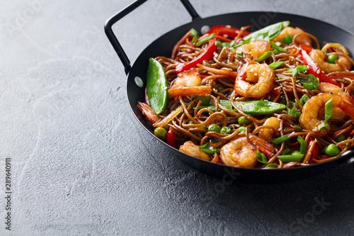 Photo  Stir fry noodles with vegetables and shrimps in black bowl
