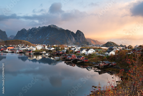 Autocollant pour porte Europe du Nord Beautiful landscape from Reine fishing village in autumn season, Lofoten islands, Norway