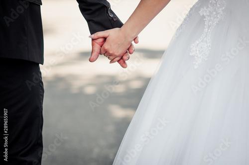 Obraz na plátně  Couple of married holding hands