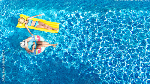 Photo  Children in swimming pool aerial drone view fom above, happy kids swim on inflat