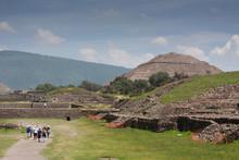 Vista Panoramica De Las Piramides De Teotihuacan En San Juan En La Parte Inferior, Se Ven Turistas, Vendedores Ambulantes... En Mexico.