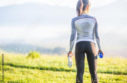 Fotografía Young sporty woman in sportswear turned backwards.