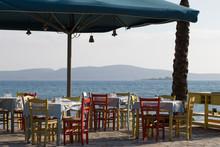 Klassische Griechische Restaurantbestuhlung In Bunten Farben