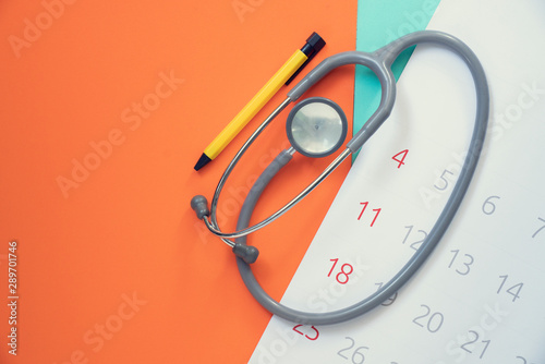 Pinturas sobre lienzo  Top view of stethoscope and calendar on the color background, schedule to check