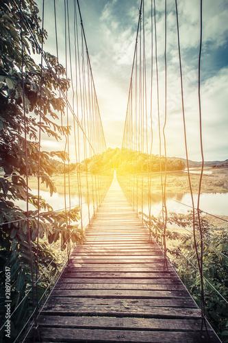drewniany-most-nad-jeziorem-vintage-fi