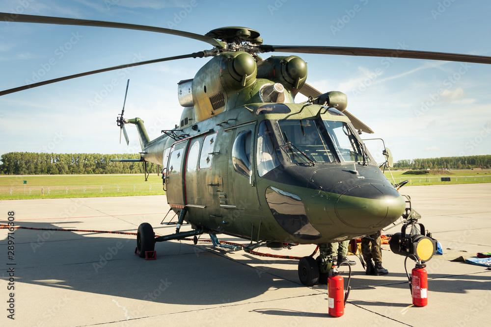 Fototapeta Helikopter wojskowy na lotnisku