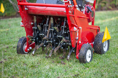 Red grass lawn aerator Canvas-taulu