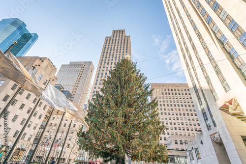 Fotografía New York City, NY, USA - December, 25th, 2018 - Christmas morning at the wonderful ice skating rink decorated with the huge Christmas tree at Rockefeller Center