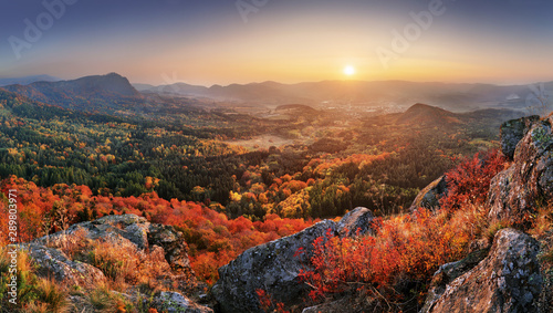 Fotografía  Mountain autumn landscape with colorful forest