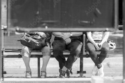 Foto Fahrgäste waren an einer Berliner Strassenbahnhaltestelle