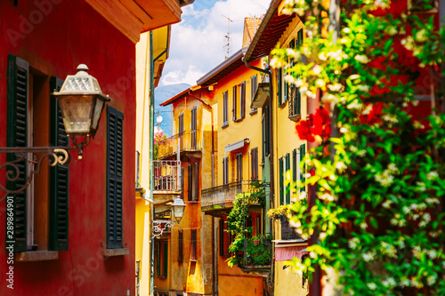 Montage in der Fensternische Violett rot Colorful italian architecture in Bellagio town, Lombardy region, Italy