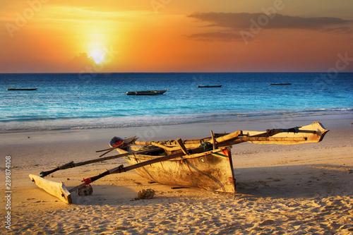 Photo Traditional fishing boat on the ocean at sunset. Zanzibar