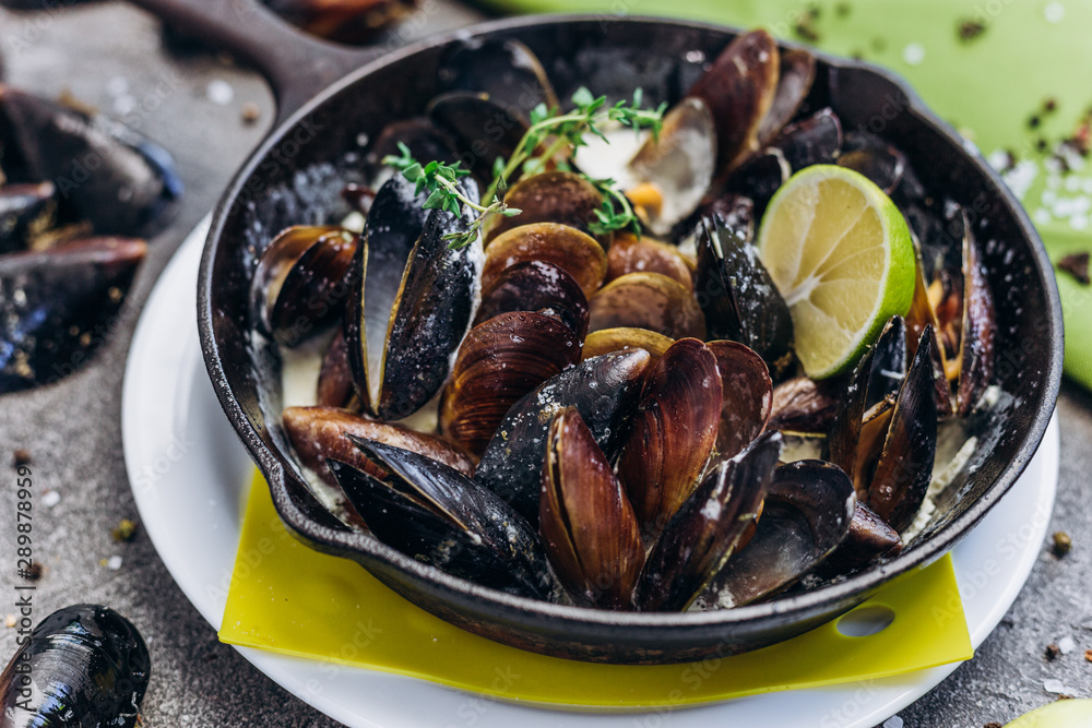 Fototapety, obrazy: Baked Mediterranean mussels with creamy lime sauce.