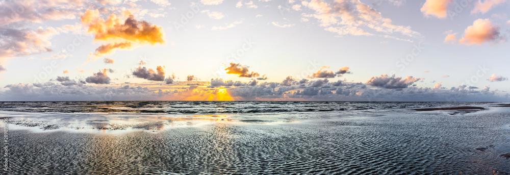 Fototapety, obrazy: Schöner Sonnenuntergang am Meer mit Wolken und Wasserspiegelung