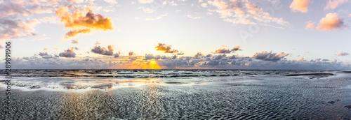 Poster La Mer du Nord Schöner Sonnenuntergang am Meer mit Wolken und Wasserspiegelung