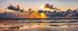 canvas print picture - Schöner Sonnenuntergang am Meer mit Wolken und Wasserspiegelung