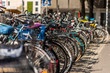 Viel Fahrräder in einer Reihe geparkt