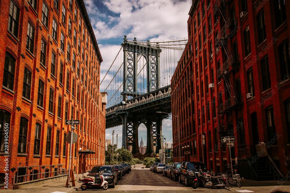 Fototapety, obrazy: Manhattan bridge seen from a Washington Street in Brooklyn street in perspective