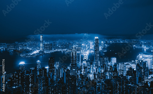 La pose en embrasure Bleu nuit Aerial view of Hong Kong Downtown from Victoria Peak. Financial district and business centers in smart city and technology concept. skyscraper and high-rise office buildings at night.
