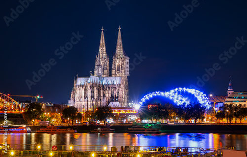 Pinturas sobre lienzo  Cologne Cathedral and Hohenzollern Bridge at twilight , Cologne, Germany