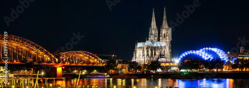 Fotomural  Panorama Cologne Cathedral and Hohenzollern Bridge at night , Cologne, Germany