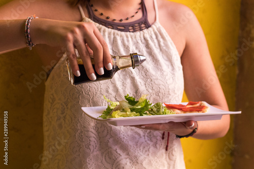 Photo Mujer aderezando ensalada