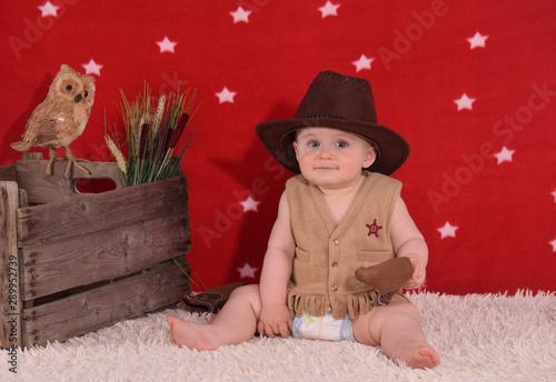 Fotografía Bébé cowboy souriant avec étoile