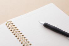 ノートとペン White Notebook And Ballpoint Pen