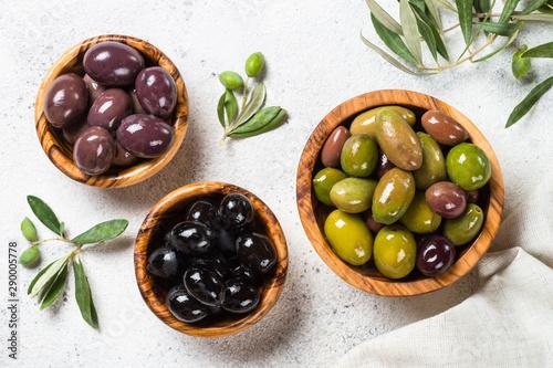 Fotomural  Black and green olives on white background.
