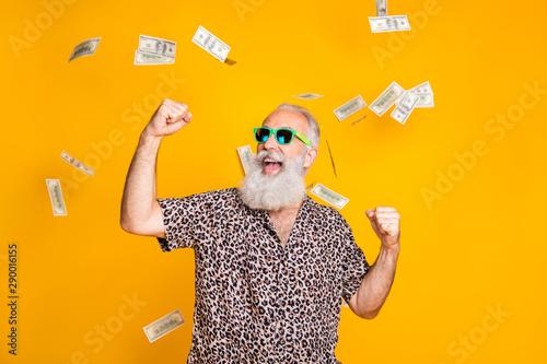 Fotografía Portrait of crazy retired funky bearded old man with eyeglasses eyewear raise hi