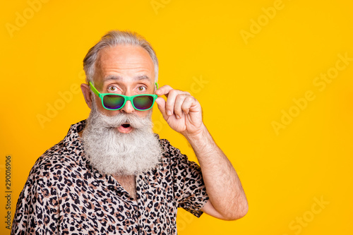 Fotografía  Close up photo of astonished man seeing something strange in front of him while