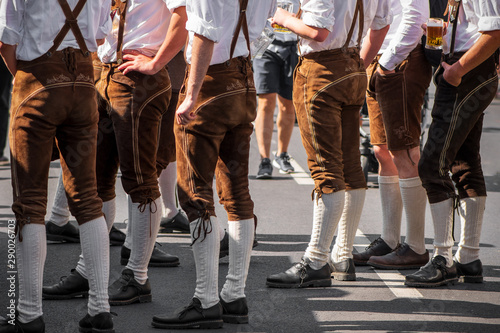 Photo  Burschen in Lederhosen