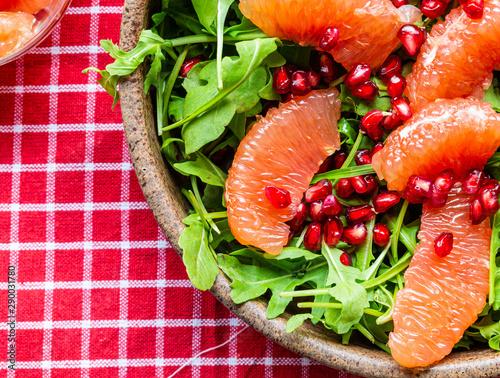 Dietetyczna salatka. Mieszanka sałat i owocow. Dietetyczna potrawa. Smaczne i zdrowe. Wegetrianska potrawa. Zdrowie na talerzu. Potrawa idealna na odchudzanie.