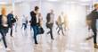 Viele anonyme Menschen in Bewegung auf Flughafen