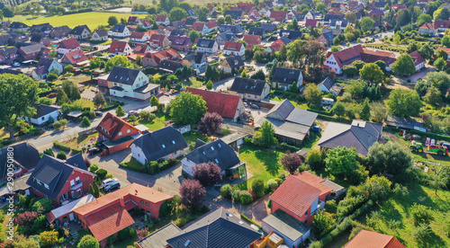 Aerial view of a suburb with detached houses, garden areas, lawns and a close ne Fototapet