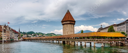 Photographie  Historic city center of Lucerne with famous Chapel Bridge and lake Lucerne (Vier