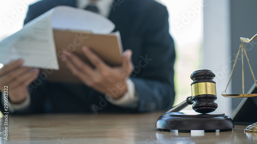 Fotografía  Justice and law concept.Male judge in a courtroom with the gavel