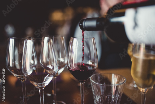 Photo sur Toile Vin pouring wine