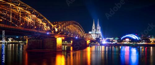 Stampa su Tela  Köln am Rhein mit Dom und Hohenzollernbrücke
