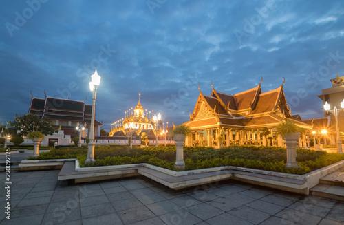 Photo  Cityscape Wat Ratchanatdaram Temple the beautiful golden castle or pagoda Bangko