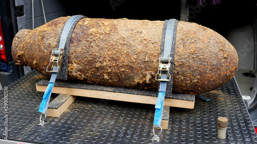 Obraz na plátně  Amerikanische Fliegerbombe aus Zweitem Weltkrieg, WW II, 5 Zentner, 250 Kilo