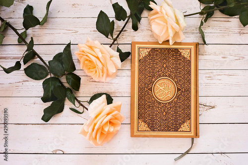 Платно Quran - the holy book of Muslims. Roses.