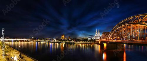Köln am Rhein mit Dom und Hohenzollernbrücke
